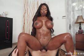 Baixar vídeo de pornô com negra peituda sentando na pica